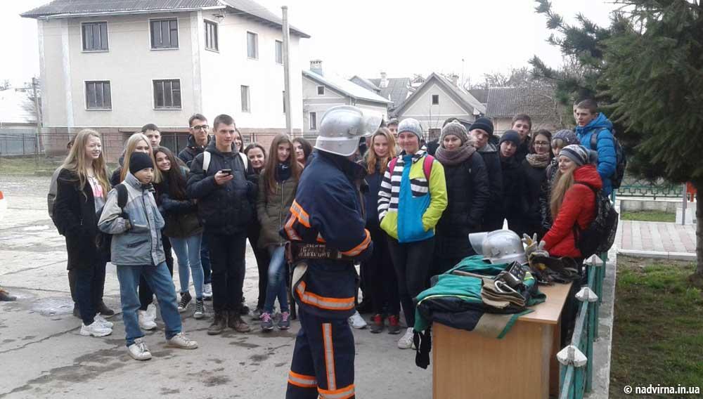 Надвірнянські школярі на екскурсіїєю в пожежній частині