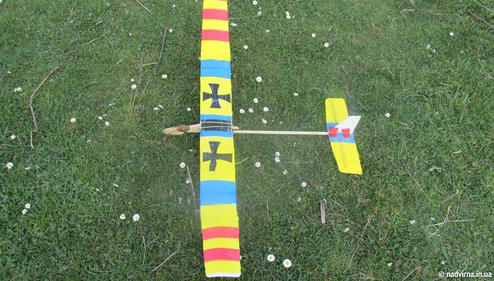 Надвірнянські школярі запустили у небо моделі схематичних планерів
