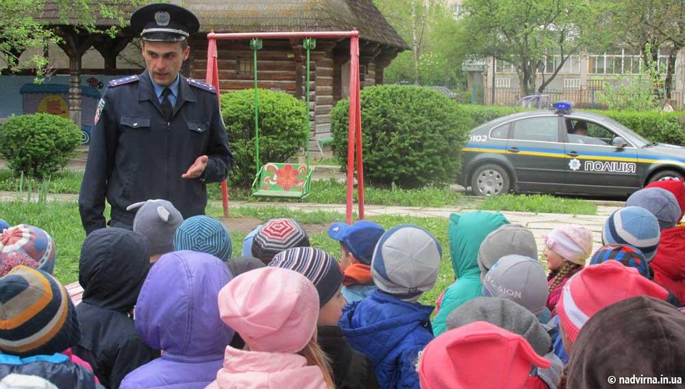 Працівники національної поліції відвідали вихованців днз Квітка Карпат у Надвірній