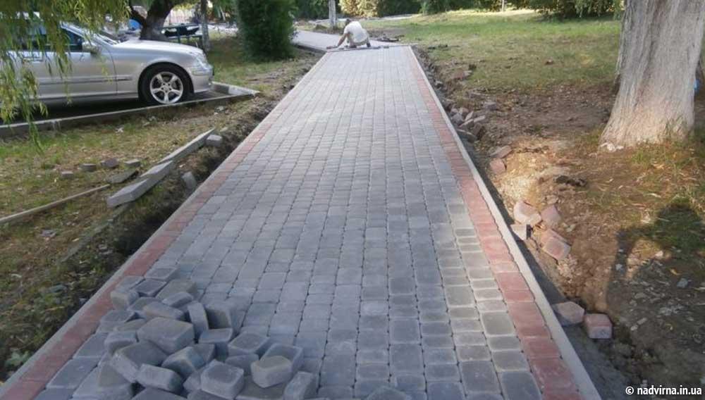 В Надвірній продовжується ремонт під'їзних доріг