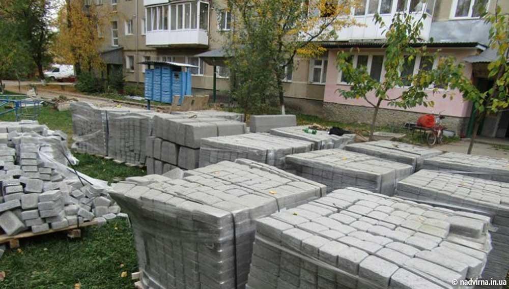 Завершено роботи по облаштуванню прибудинкової території Надвірна