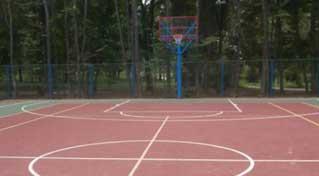 В Надвірній встановлюють багатофункціональний спортивний майданчик